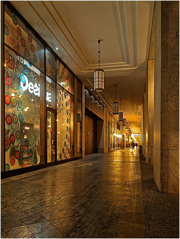 Nachts an der Mall of Berlin