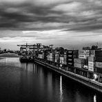 Nachts auf der Brücke - Versuch s/w