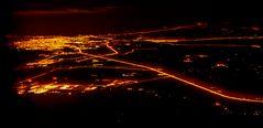Nachts aus dem Flugzeugfenster über den Emiraten