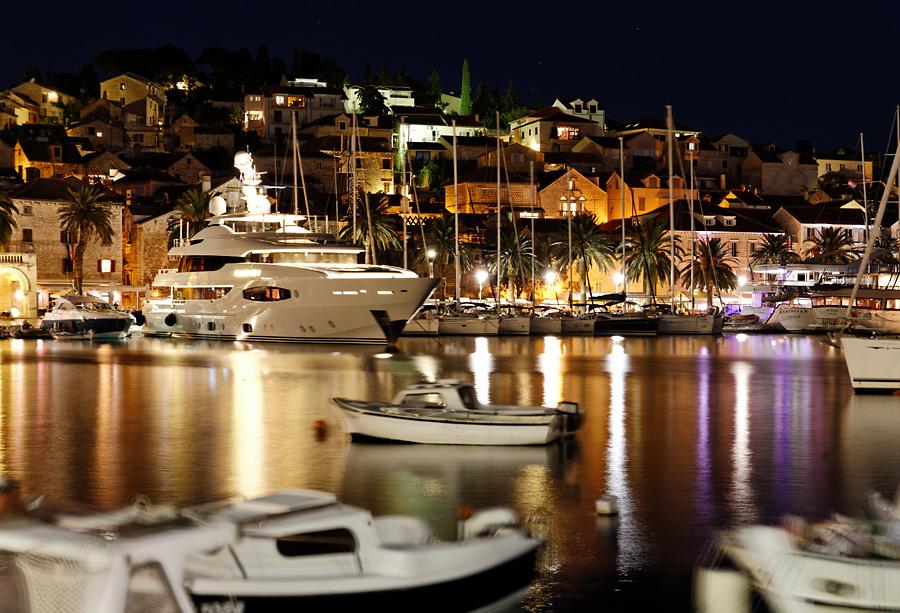 Nachts im Hafen von Hvar