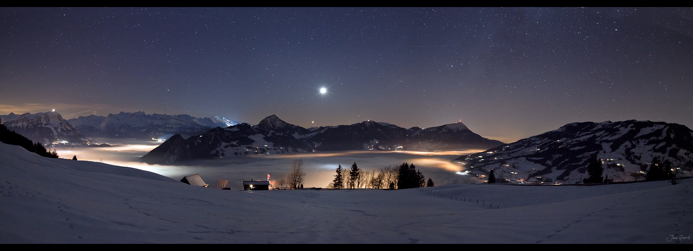 Nachts über dem Nebel