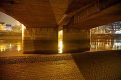 Nachts unter der Brücke