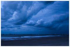 Nachtstimmung jagender Wolken am Meer...