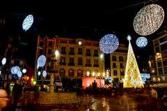 Nächtliche Weihnachtsdekoration in Malaga (Andalusien, Spanien)
