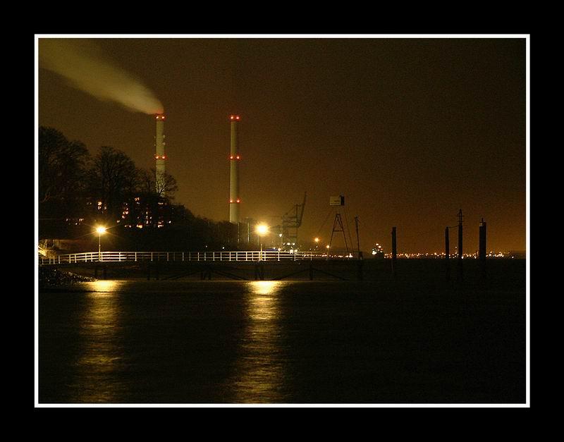 Nächtlicher Blick die Elbe rauf nach Hamburg