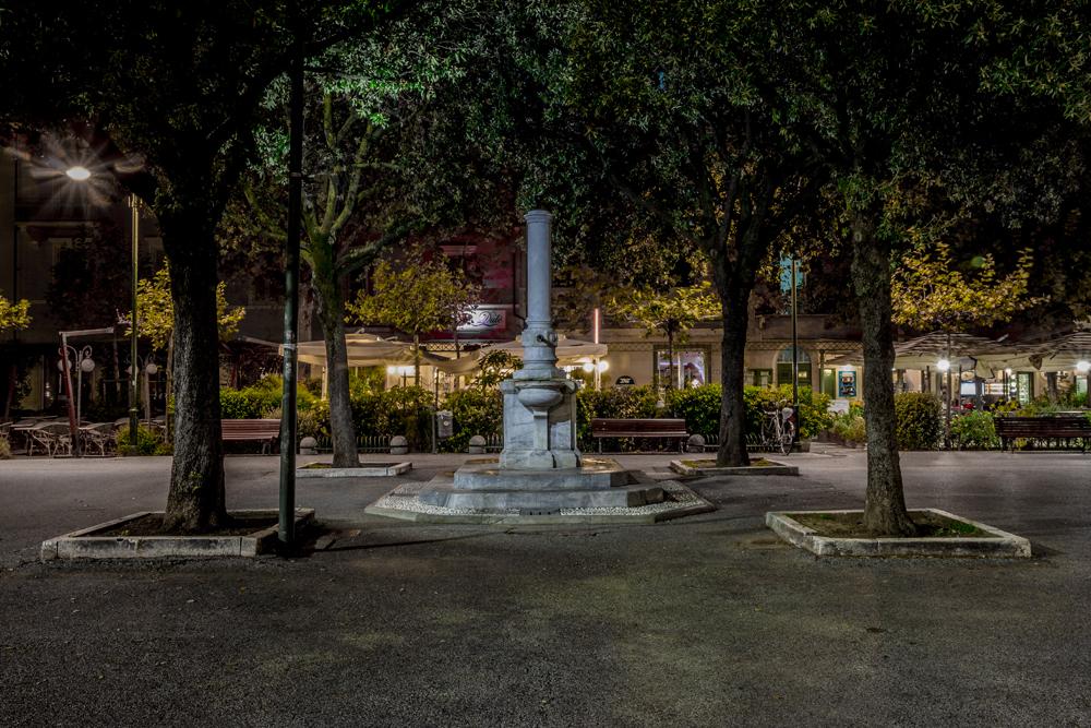Nächtlicher Piazza Garibaldi in Forte dei Marmi