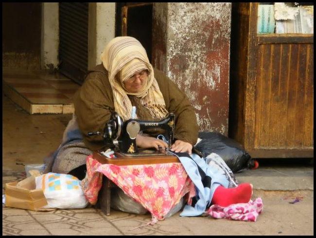 Näherin in der Altstadt von Casablanca