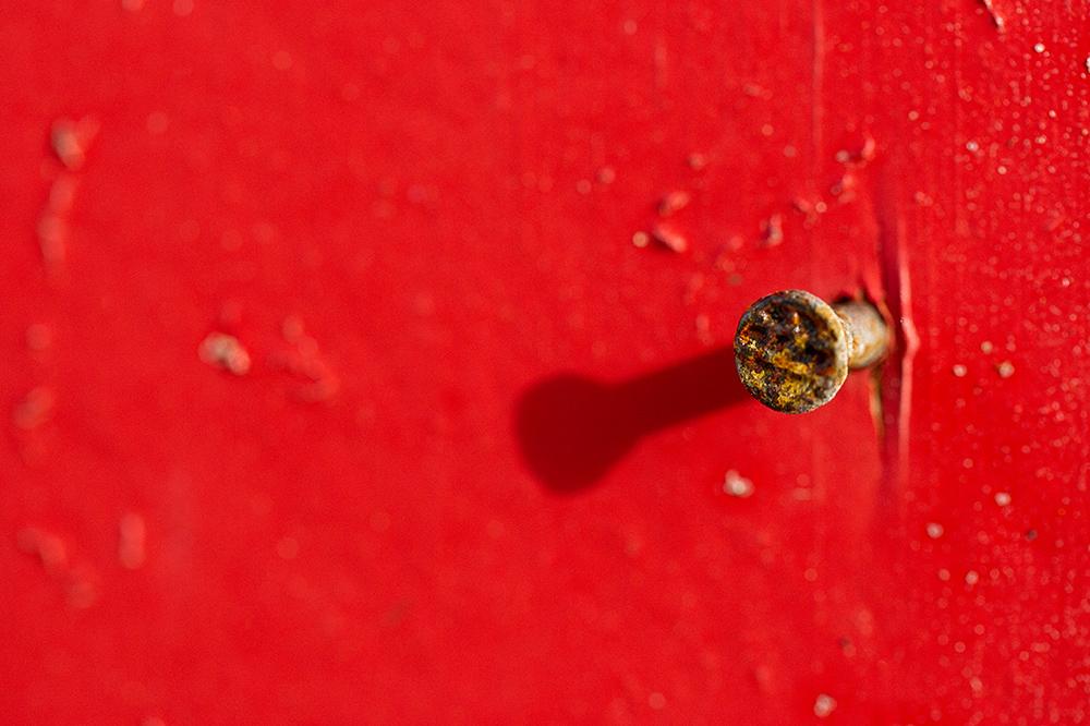 Nagel in rot