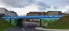 - naive Malerei an einer Brücke ...