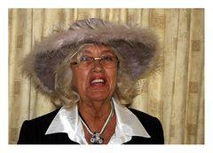 Nana Ellen ganz schick mit Federhut