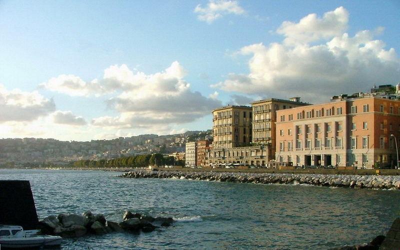 Napoli, via Partenope