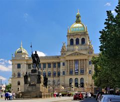 Nationalmuseum Prag mit Standbild St. Wenzel
