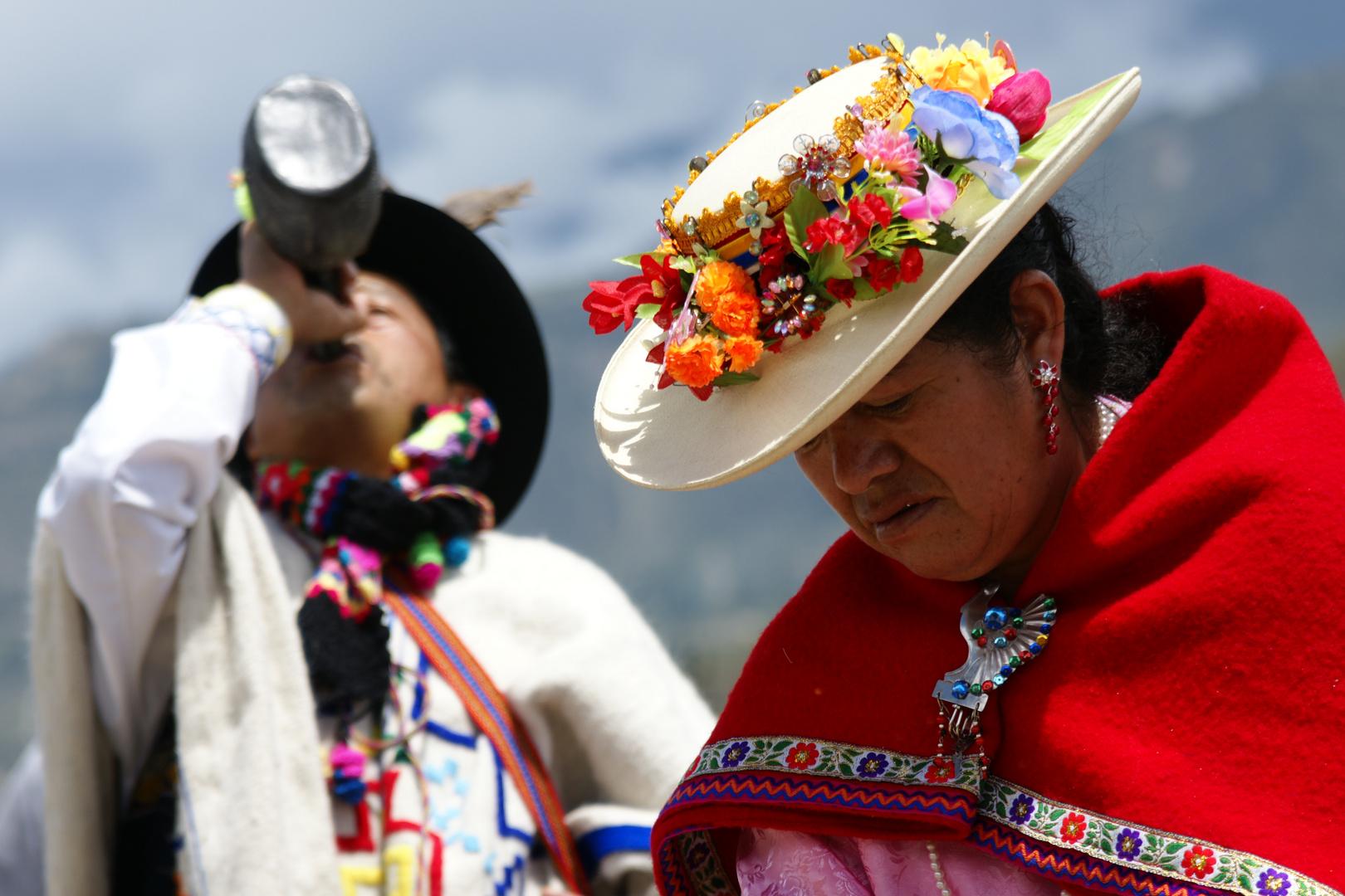 nativos en ritual acsestral