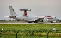 NATO-Flieger hinterm Natodraht