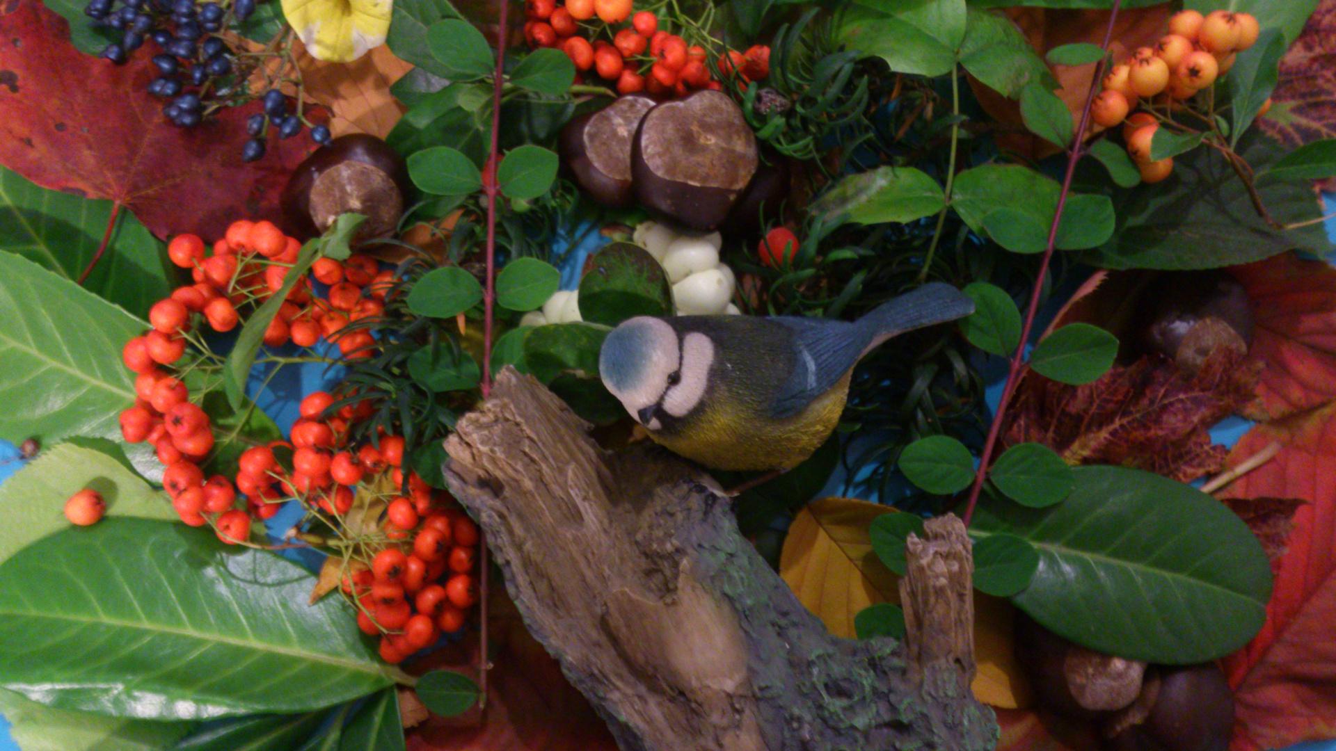 Natürmort mit Plastikvogel