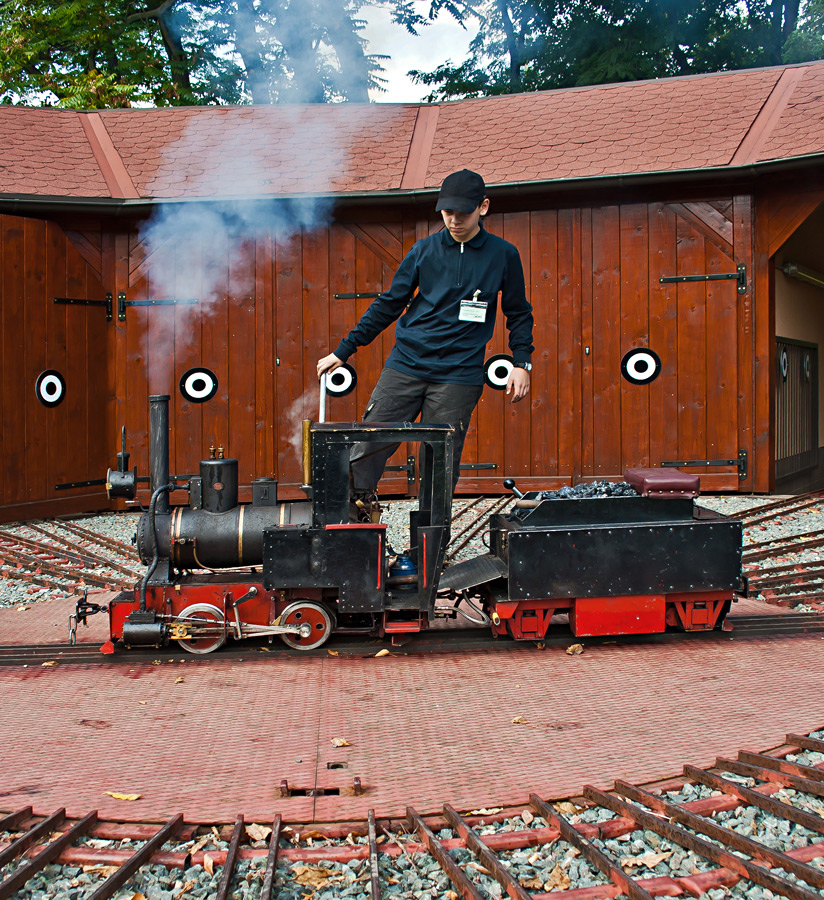 Naturgetreu nachgebildete Dampflok startbereit auf der Drehscheibe!