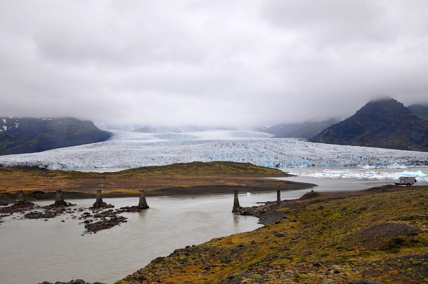 Naturgewalten an der Gletscherlagune Fjallsárlón - der Gletscher war stärker als die Brücke...
