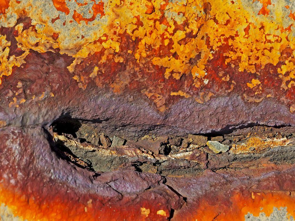 Naturkunst auf Stein. - Oxydation d'une couche métallique sur un pierre...