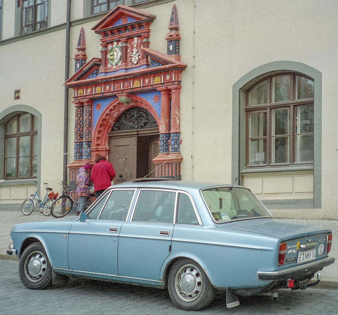 Naumburg / Saale - Dss renovierte schöne Rathausportal mit meinem alten Volvo - 1991
