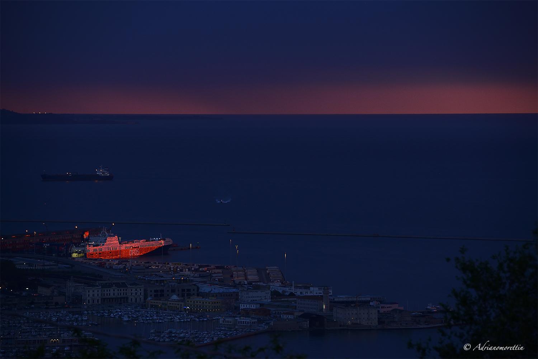 nave illuminata dal tramonto in porto a Trieste