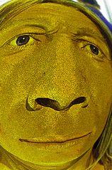 Neandertaler schaut in die Welt