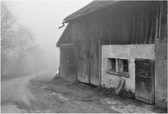 Nebel hängt wie Rauch ums Haus ...