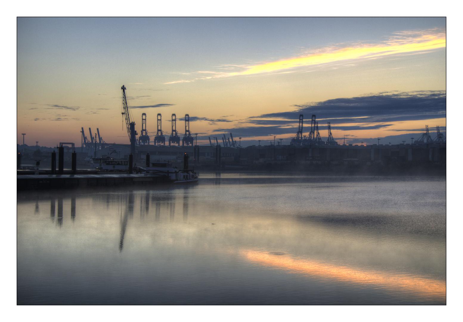 Nebel über dem Hafen