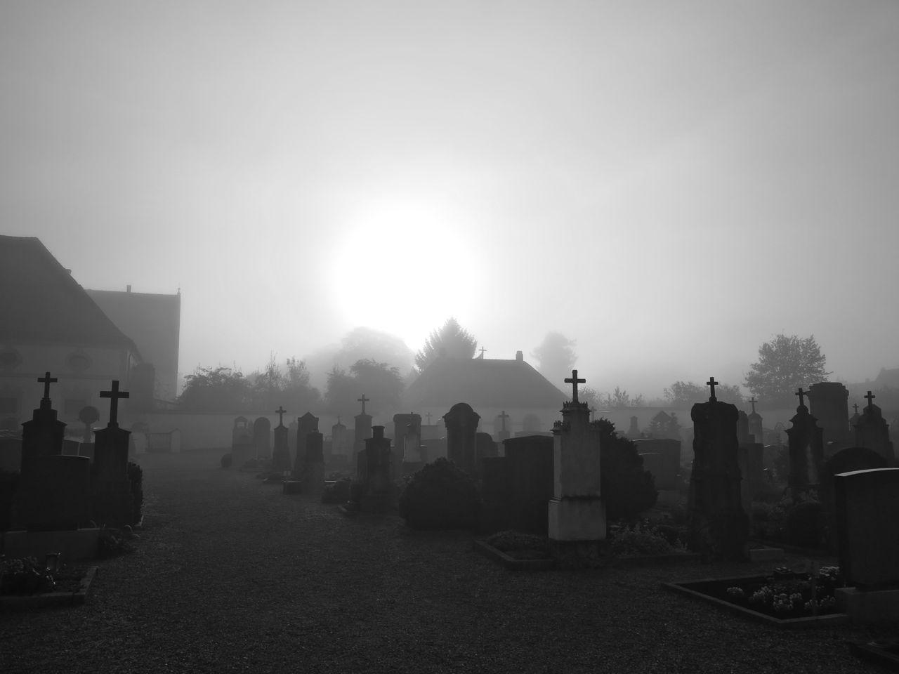 Nebel über den Gräbern
