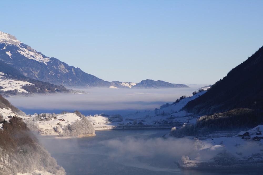 Nebel zwischen Bergen