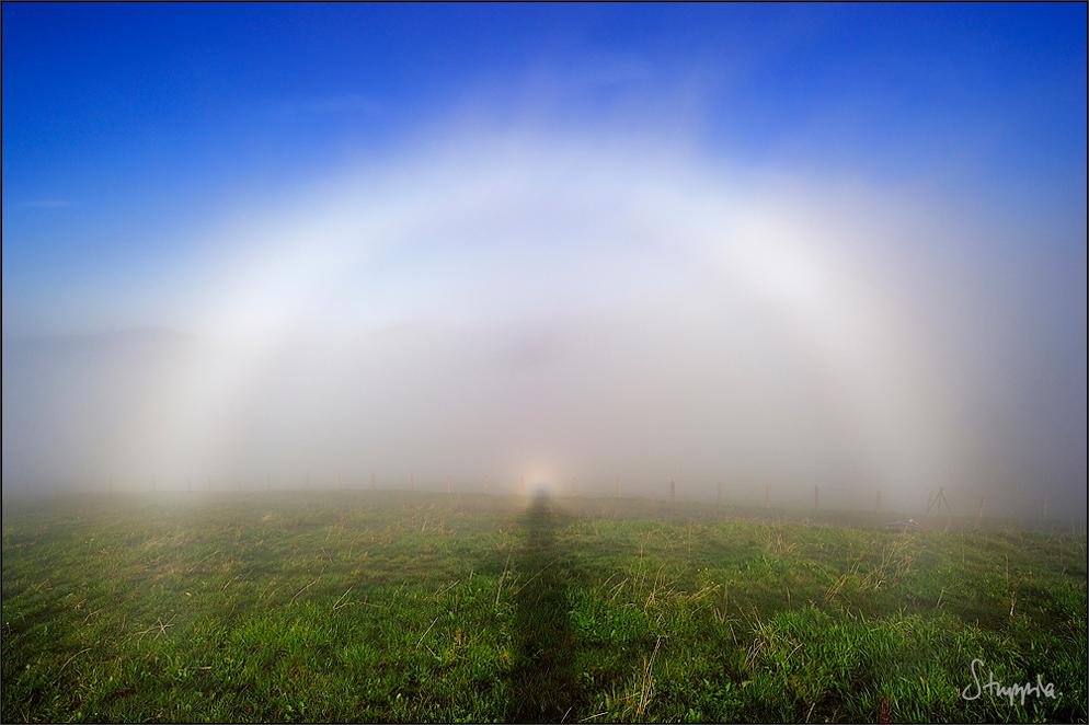 Nebelbogen mit Brockengespenst und Glorie