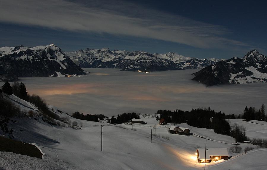Nebelmeer über Schwyz bei Vollmond