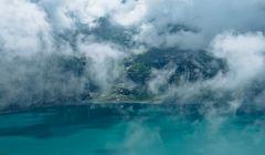 Nebelstimmung am Oeschinensee. - Le brouillard du matin au lac de montagne.