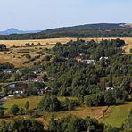 Neben Milesovka und Kletecna links die Naklerovska vysina  rechts ...