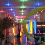 Neonlichter in einem Sonnenstudio