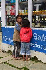 Nepali Kinder in den Bergen