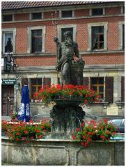 Neptunbrunnen mit Blumenschmuck
