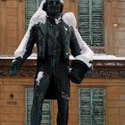 Nestroy mit Schnee-Haube und Schnee-Epauletten