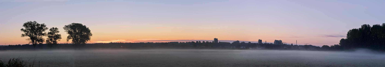 Neubrandenburg vor Sonnenaufgang im Nebel