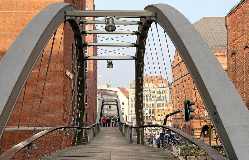 neue Stahlkontruktionen verbinden alte Speicher in Hamburg