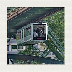 Neues Fahrzeug schwebt über die Moritzbrücke, Richtung Ost