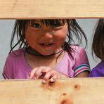 Neugierige Kinder, herausgestreckte Zunge als Zeichen der Freude...