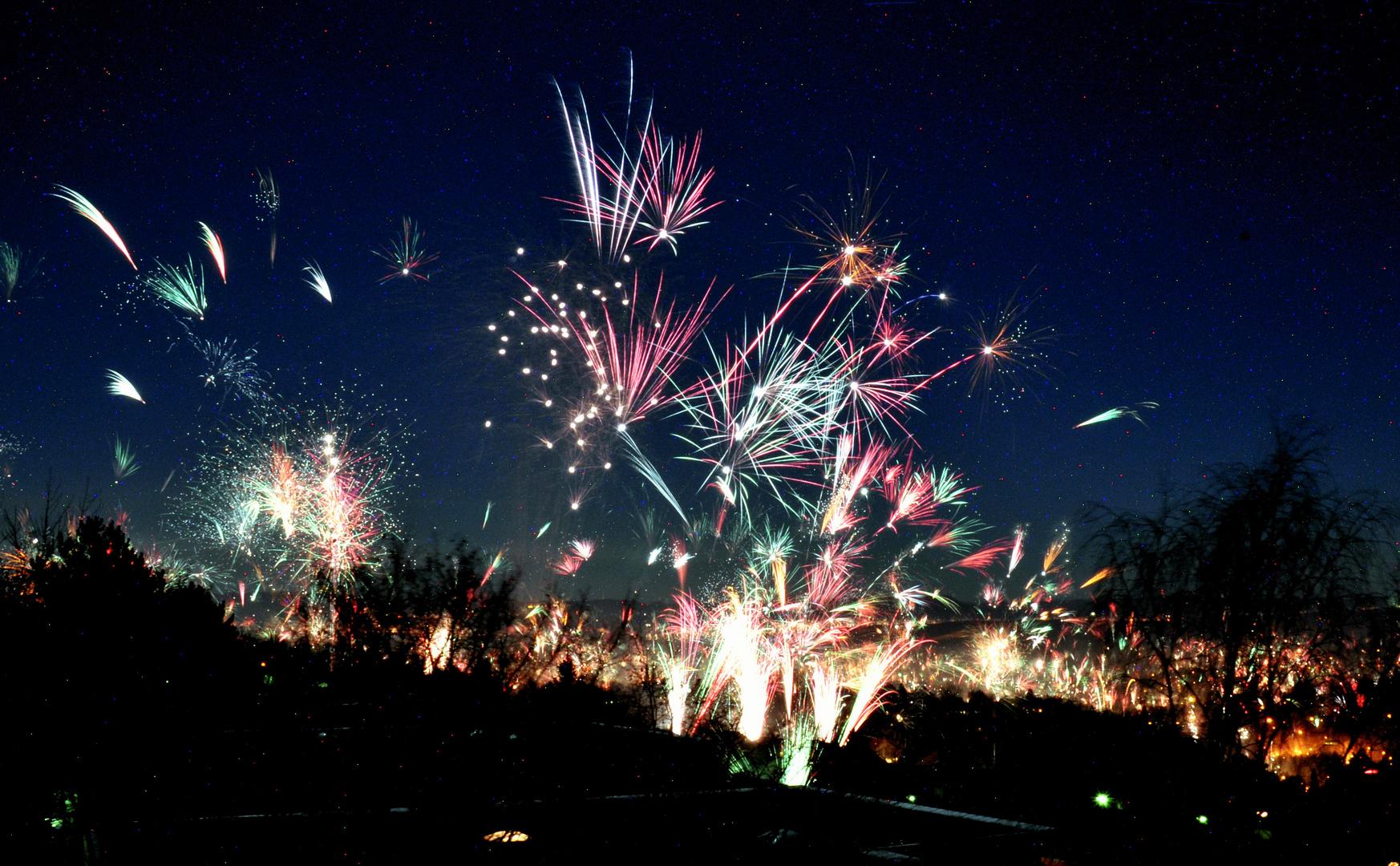 Neujahrsfeuerwerk bei sternklarem Himmel