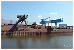 Neuss - Hafen - Verladekräne und Güterzug