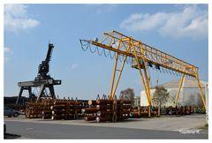 Neuss - Hafen - Verladestation für Stahlrohre