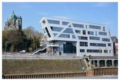 Neuss - Quirinusmünster und Gebäude am Hafenbecken 1 zur Innenstadt