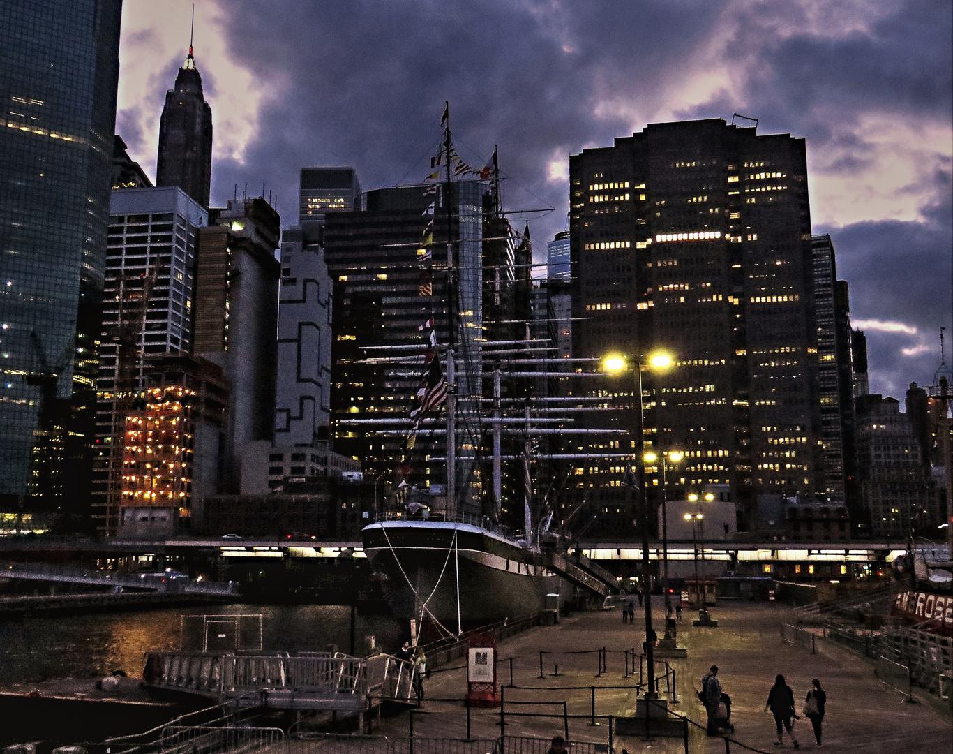 NEW YORK - Pier 16 by night