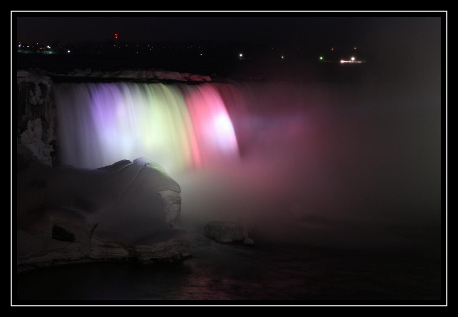 Niagara beleuchtet bei Nacht