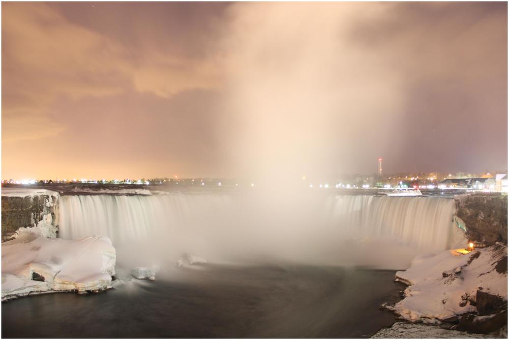 Niagara unbeleuchtet bei Nacht
