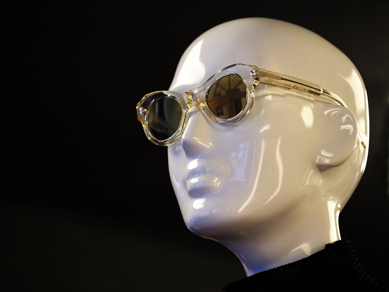 Nicht entspiegelte Brille, oder: Das Auge ist das Fenster zur Seele.