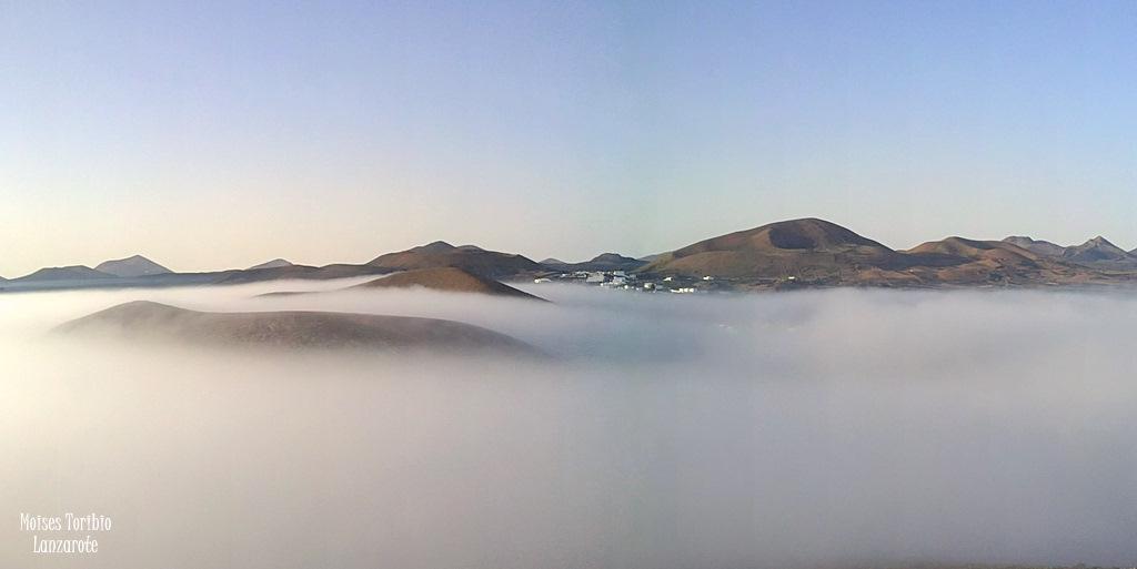 Nieblas bajas en Mancha Blanca. Pueblo de la isla de Lanzarote. Canarias.